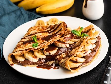 Лесни и вкусни палачинки без яйца и мляко с домашен шоколадов лешников крем (течен шоколад Нутела) и банани - снимка на рецептата